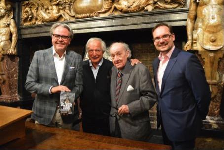De laureaat tussen schepen Philip Heylens (links), juryvoorzitter Henri-Floris Jespers en jurylid Jurgen Joosten